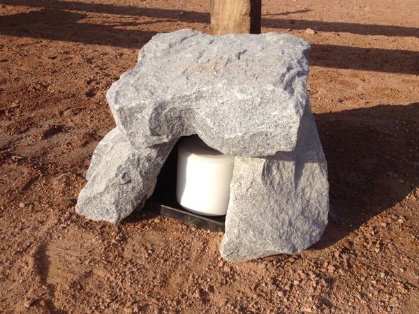 Salzsteine und/oder Minerallecksteine müssen nicht in der klassischen Halterung angeboten werden! Integriert in einen Steinhaufen oder Baumstamm laden sie zum Entdecken ein.Foto: privat